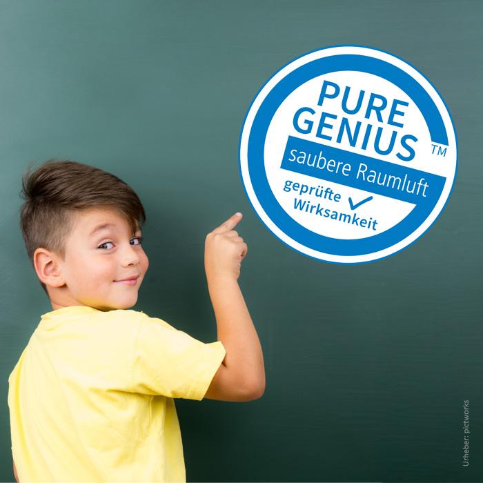 Junge zeigt auf Pure Genius Label