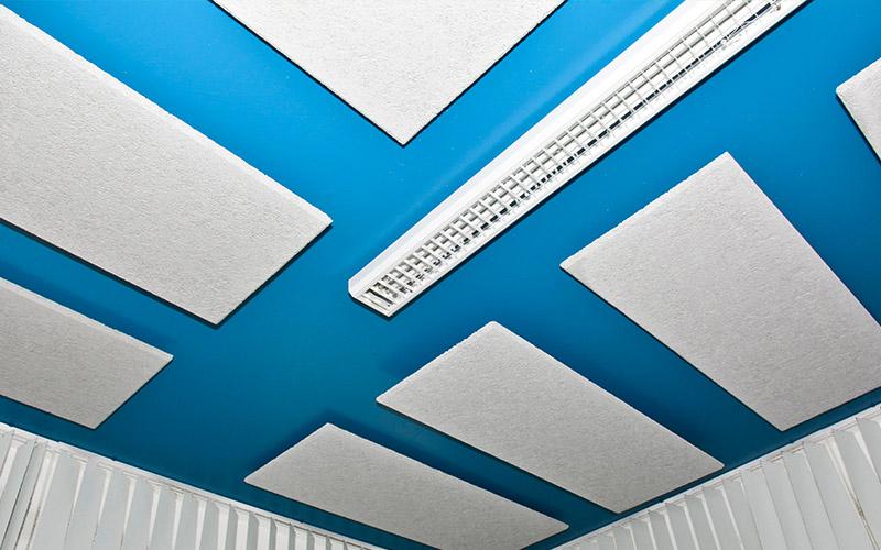 Fibrolith Referenz Akustikdeckensegel in einer Mitarbeiterkantine